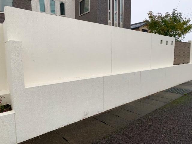 吹き付け塗装の塀