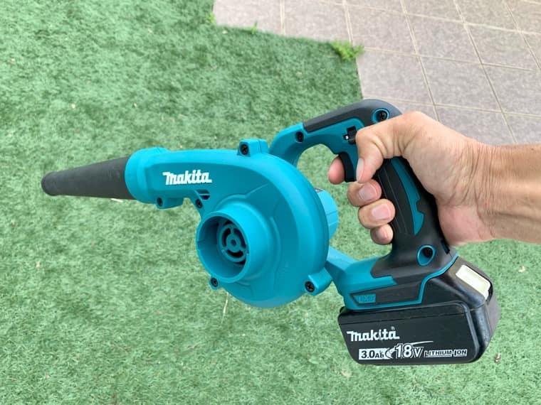 充電式ブロワ 人工芝の清掃